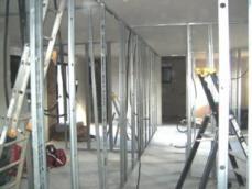 Construction maison ossature bois pose du plafond de l isolation et cloisons 1