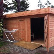 Abri de jardin en bois naturel et toit plat
