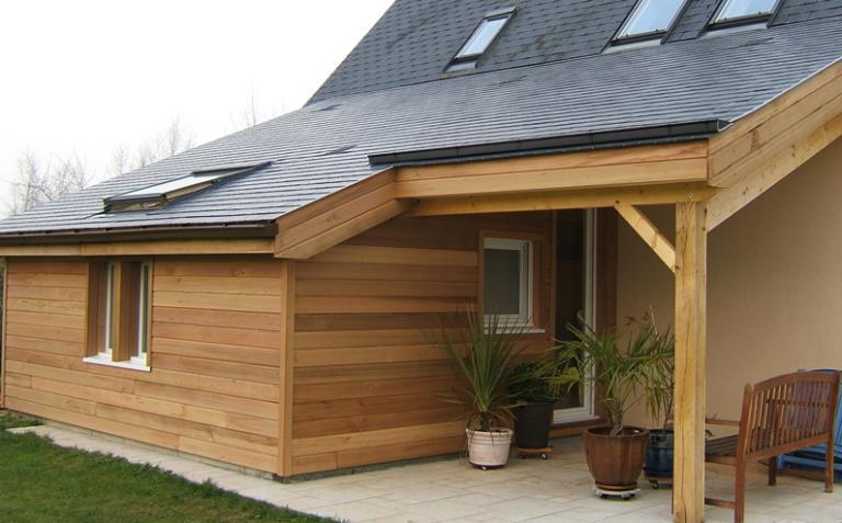 Agrandissement de maison avec auvent fabriqué en ossature bois