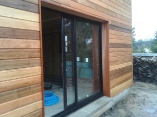Détail de tableau de fenêtre sur maison bois