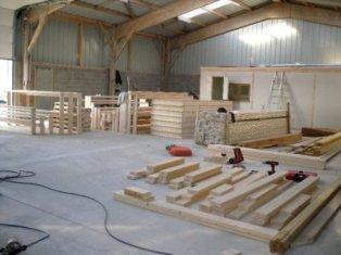 Fabrication de l'ossature bois dans atelier de charpentier