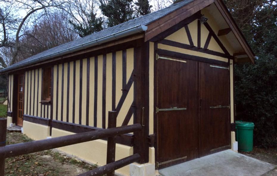 Garage en bois construit en colombage