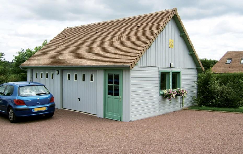 Garage en bois construit en ossature bois et bardage de couleurs