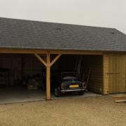 Garage en bois fabriqué avec une charretterie