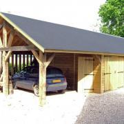 Grand garage en bois avec abri en ossature bois