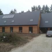 Grande maison en bois avec garage et charreterie