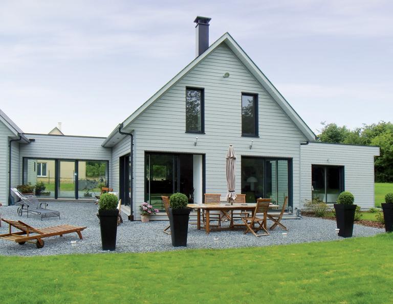 Maison spacieuse en ossature bois et bardage de couleurs