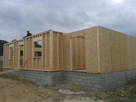Montage et assemblage des murs d'une maison en bois