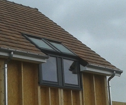 Vue extérieur de fenêtre de toit sur maison en bois