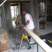 Artisan menuisier charpentier pendant construction d'une Tiny House
