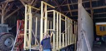 Assemblage des éléments en ossature bois des murs de la tiny house