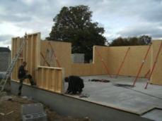 Construction maison en bois montage des murs en ossature bois 1