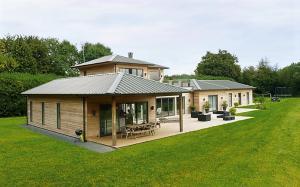 Exemples de maison fabriques en ossature bois avec bardage naturel