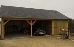 Garage en bois fabrique avec une charretterie