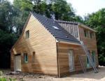 Maison avec etage et comble construite en bois