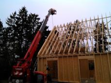 Maison bois mise en place de la charpente fermettes