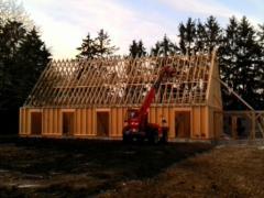 Maison bois pose de la charpente en fermettes