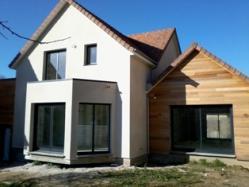 Maison en bois construite avec habillage en crépis et bardage