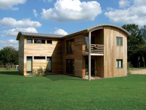 Maison en bois moderne avec toit bombe
