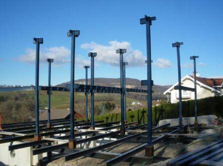 Maison tage et terrasse construite en structure m tallique for Maison en structure metallique