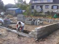 Montage des murs en parpaings d un vide sanitaire pour maison ossature bois