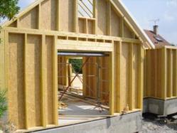 Montage d'une maison en bois