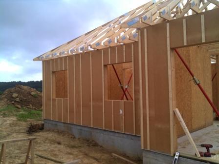 Maison fabriqu e en ossature bois construite sur sous sol - Pose isolation exterieure ...