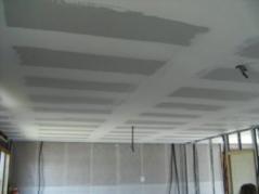 Pose plafond avec isolation dans maison ossature bois