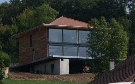 Maison tage et terrasse construite en structure m tallique for Maison en kit ossature metallique