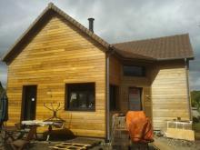 Vue de cote et entree de maison bois